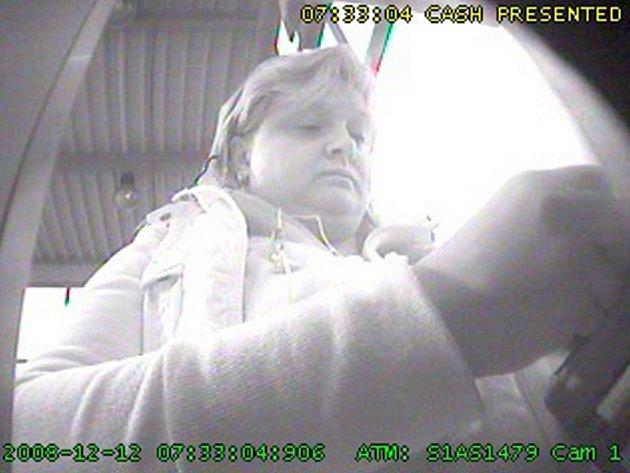 Podezřelou ženu zaznamenala bezpečnostní kamera v bankomatu.
