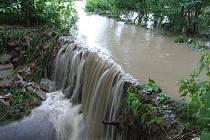 Voda strhla kus cesty v Bludovicích