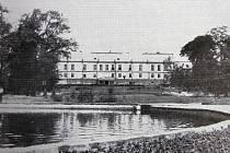 Dobová fotografie části parku Boženy Němcové v blízkosti zámku Fryštát.