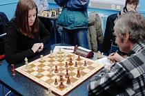 Na snímku vlevo je Karolína Olšarová z Orlové, která získala důležitý bod v Rychnově n. K. Za osm kol v první lize vybojovala už čtyři a půl bodu.