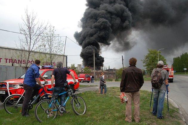 V Karviné dnes odpoledne opět hořela skládka starých pneumatik.