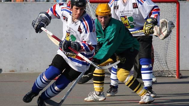 Karvinští hokejbalisté (v bílém) vedou v sérii nad Vsetínem již 2:0.