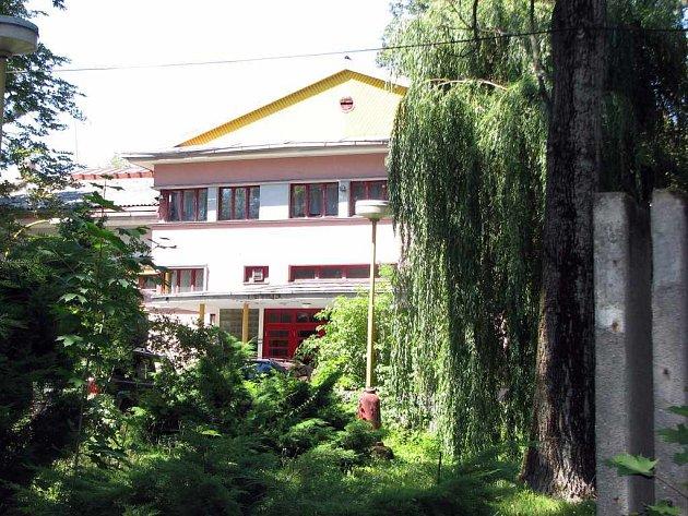 Současnost. Společenský dům Aplaus obklopen zelení a vzrostlými stromy.