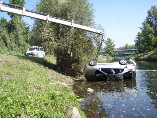 Hasiči vyprošťují automobil z Ostravice