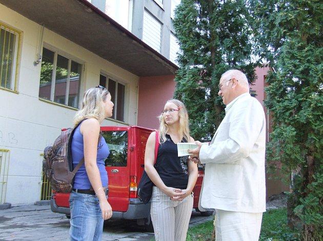 Rektor Polouček poskytoval informace zatím jen před budovou.