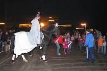 Děti z petrovické školy si užily v lampiónovém průvodu a plnění úkolů při čekání na sv. Martina na bílém koni
