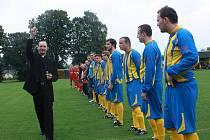 Stonavskému hřišti požehnal místní farář a domácí fotbalisté jej pak pokřtili zápasem s Marklowicemi.