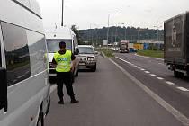Policisté z oddělení cizinecké policie využili v praxi nový tzv. schengenbus, který je vybaven speciální technikou na detailní kontrolu cestovních dokladů