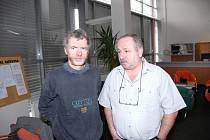 Na snímku jsou Jaroslav Olšar a předseda šachového klubu Jaromír Canibal (zleva).