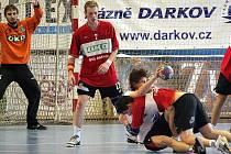 V házené se tvrdě bojuje o každý míč, o čemž soupeře právě přesvědčuje Jan Pindej (na zemi) z družstva staršího dorostu. Přihlížejí Matuszczyk a Hanisch (zleva).