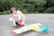 Zbyněk Kravčík připravuje své letadlo na betonové dráze pro upoutané modely pod havířovským Letním kinem.