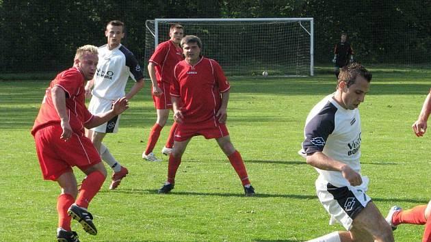 Fotbalisté Stonavy (v červených dresech) se přetahují o čelo tabulky s Horní Suchou.