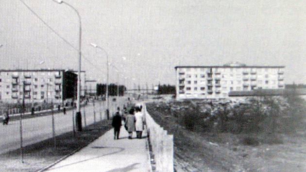 Pohled na část Dělnické ulice v polovině šedesátých let minulého století. Vpravo je vidět vrchol téměř 90 metrů vysokého válcového plynojemu.