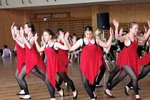 Na parketu tělocvičny tančila i děvčata ze ZUŠ Bohuslava Martinů.