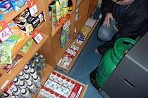 """Celníci našli v trafikách """"černý"""" alkohol a tabákové výrobky."""