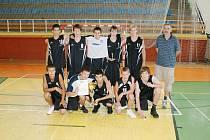 Vítězné družstvo karvinských juniorů s trenérem Martinem Kopeckým.