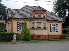 Dům, ve kterém bydlí Kristina Mrozkowa z Českého Těšína. Žena připravila důvěřivé lidi o 750 milionů korun