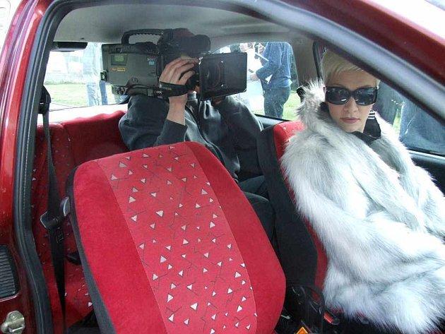 Při první havířovské sccéně filmu si musel kameraman vlézt na zadní sedadlo automobilu.
