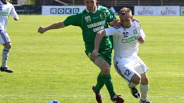 Zdeněk Látal (v bílém) nejspíš do utkání se Sokolovem nezasáhne. Karvinou trápí marodka.