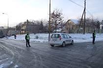 Okružní ulici museli kvůli náledí uzavřít ze spodní strany kopce policisté a z horní strážníci