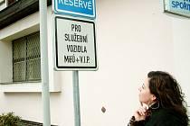 Žena dumá nad významem značky.
