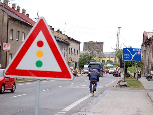 Komplikace čekají řidiče, chodce i obyvatele na ulici 1. máje v Bohumíně–Skřečoni, kde se rozjela stavba nového mostu.