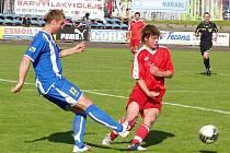 Fotbalisté Havířova nedokázali bodovat ani v Novém Jičíně, když podruhé nevstřelili ani gól. Ilja Zítka (vlevo) trefil v závěru pouze brankovou konstrukci.