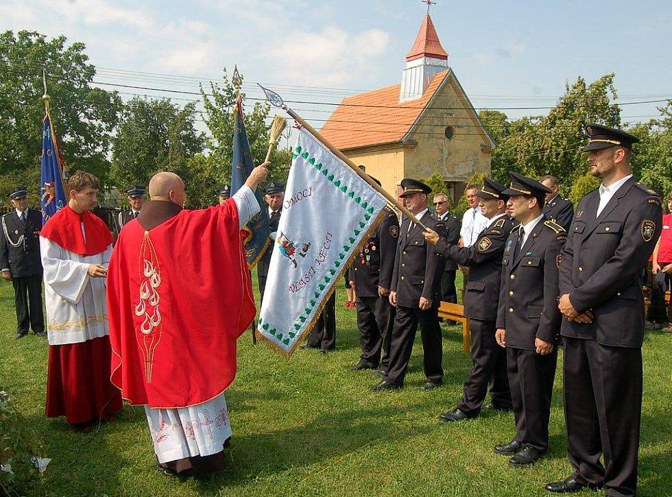 Dobrovolní hasiči z Bohumína-Kopytova slavili výročí. Kněz při této příležitosti posvětil jejich prapor.