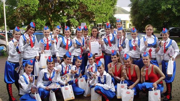 Půvabné juniorky skončily na MR druhé. Uprostřed s diplomem trenérka Daniela Dostálová.