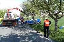 Kvůli unikajícím kapalinám museli v místě zasahovat hasiči. Posádka převráceného vozu vyvázla bez zranění.