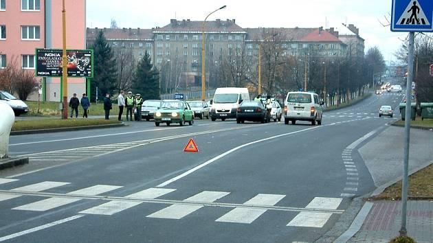 Osobní automobil porazil školáka přímo před nemocnicí. V době kolize se teprve rozednívalo.