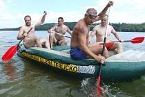 Karvinští strážníci při výcviku na Těrlické přehradě, raft