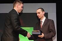 Zdeněk Deutsch (vlevo) přebírá z rukou sportovního redaktora Deníku Martina Ruščina cenu pro Sportovní hvězdu čtenářů.