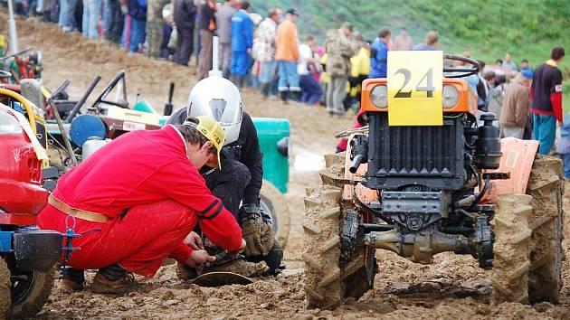 Traktory nejrůznější velikostí i konstrukce si mohli prohlédnout návštěvníci Traktor show, která se konala v sobotu v motokrosovém areálu v Petrovicích. Zábavný den spojený s komerční prezentací traktorů značky Zetor připravili prodejci této značky.