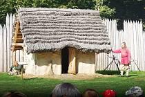 V Archeoparku, který je replikou slovanského hradiště, probíhá program spojený s ukázkami ze života starých Slovanů.