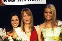 Nejkrásnější Karkulkou se v minulém ročníku stala šestnáctiletá Veronika Likoóvá (uprostřed), titul první vicemiss si odnesla Radka Svobodová (vlevo) a ze třetí příčky se radovala Veronika Vochtová.