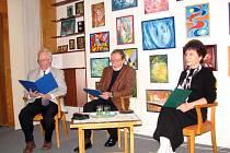 Jaroslav Kaďůrek (vlevo), Miroslav Rataj a Milada Kaďůrková na uměleckém večeru v knihovně.