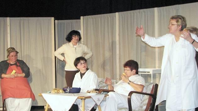 Členky Datyňského amatérského divadla v komediální hře Ordynaca v Datyński zogrodě.
