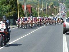 Průjezd pelotonu v závodu Gracia do havířovského Bludovického kopce.