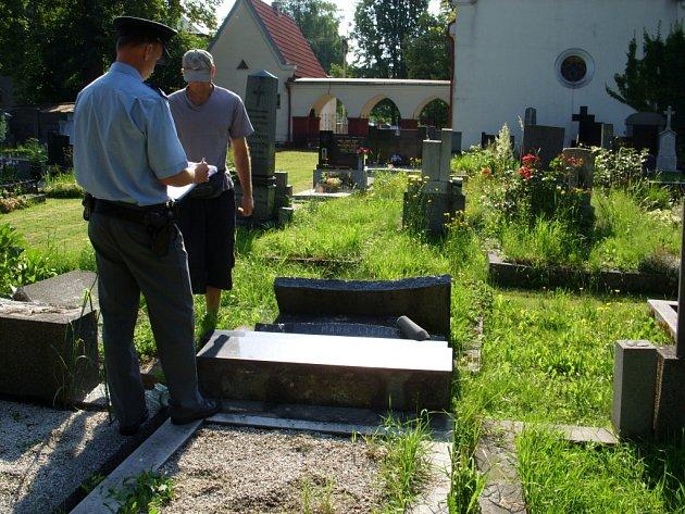 Bohumínský hřbitov po řádění vandalů