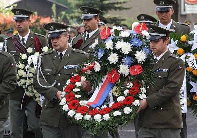 V Albrechticích se v sobotu konal pohřeb vojáka Adriana Wernera, který před pár dny zemřel na následky zranění, které v červenci utrpěl na misi českých vojáků v Aghánistánu.