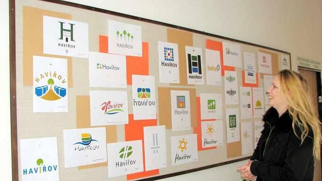 Michaela Varmužová si prohlíží návrhy na logo města Havířova.