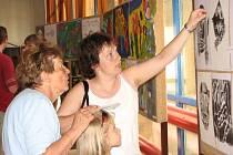 Na vernisáži výtvarných prací žáků byli tradičně nejvíce vidět rodiče.