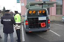 Dopravní policisté stojí u nového vozu.