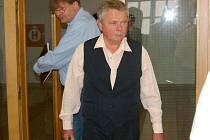 Bohumil Formánek (v popředí) přichází do soudní síně.