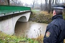Strážníci kontrolují stav řeky Lučiny