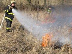Požár suchého porostu se šíří velmi rychle