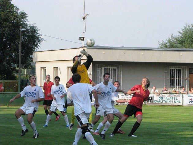 Albrechtičtí fotbalisté (v červeném) se těší z prvních bodů v přeboru.