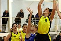 Kamila Veselá (s číslem 31) je oporou orlovského družstva.
