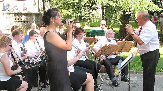 Koncert dechového orchestru Azeťanka v parčíku za KD Radost.